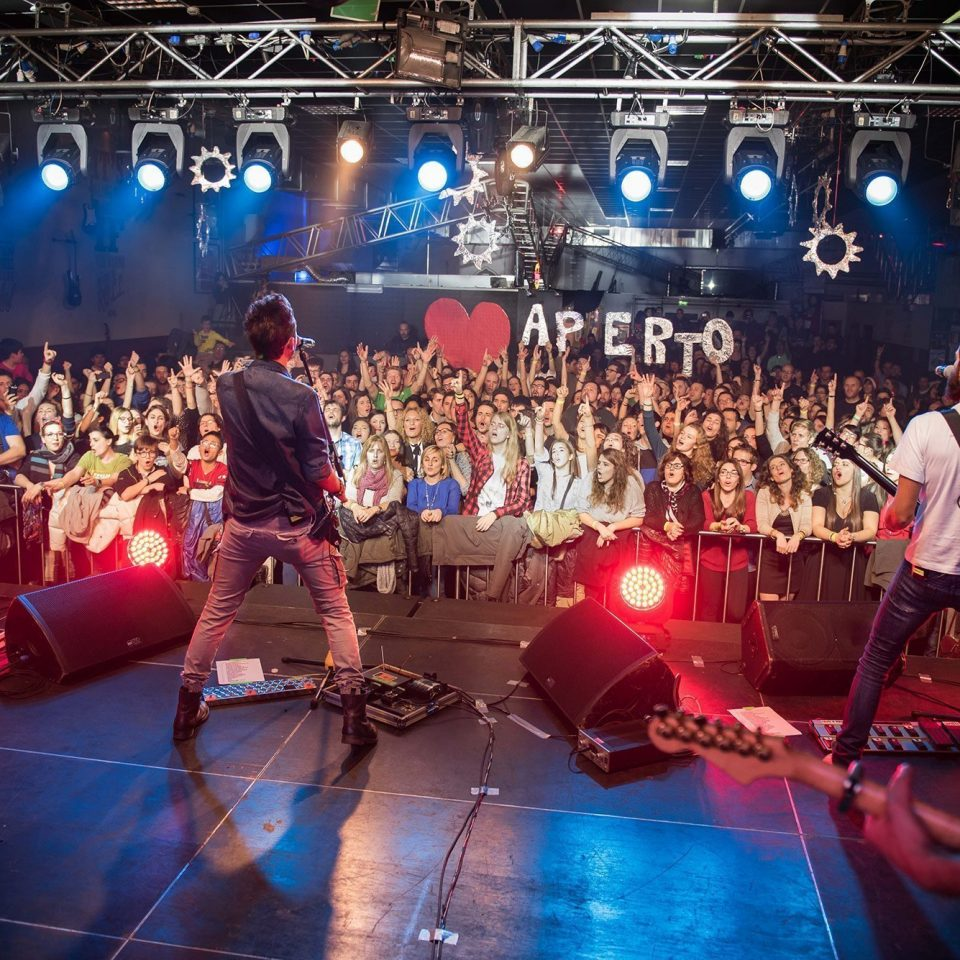 the-sun-rock-band-live-parma-fan-action